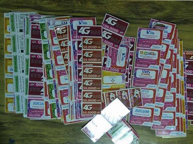 Đống thẻ cào mà anh Hải đã mua, cào và gửi mã thẻ cho kẻ lừa đảo (ảnh Công an cung cấp)