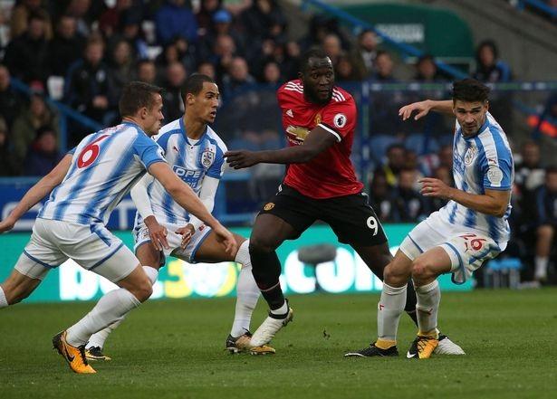 Lukaku (thứ hai từ trái sang) thi đấu trong trận MU thua 1-2 trước Huddersfield
