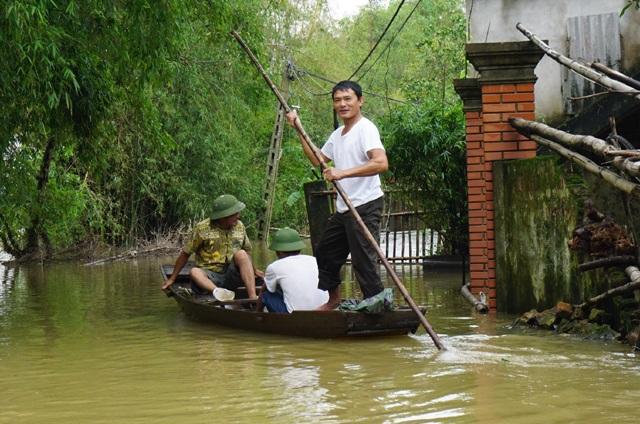 Phương tiện di chuyển duy nhất của người dân vùng rốn lũ Hưng Nguyên là thuyền