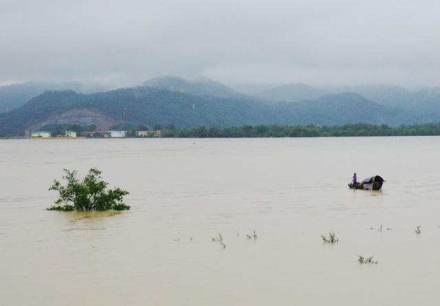 Nhiều khu vực hạ nguồn sông Lam bị chia cắt, cô lập do nước lũ dâng cao