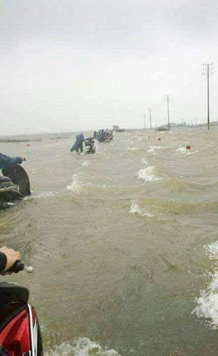 Đường về cầu Ca Cút ngập trong sóng nước tràn đường, nhiều người dân phải cố dắt xe lội nước về nhà dù rất nguy hiểm (ảnh: facebook)
