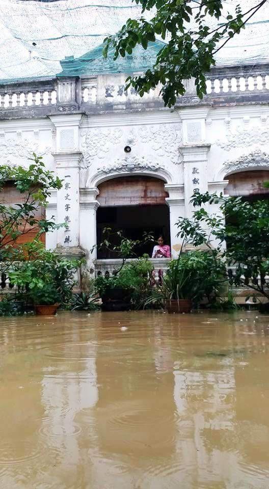 Một nhà vườn Huế xưa bị nước lũ tấn công (ảnh: V.Khánh)