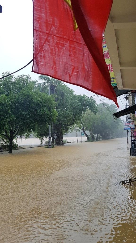 Đường Huỳnh Thúc Kháng ngập nước toàn bộ, nước vẫn đang lên khá nhanh