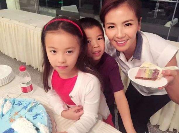 Lưu Đào từng tạm hi sinh sự nghiệp sau khi sinh con. Đợi tới khi con cứng cáp, cô quay lại với công việc. Hiện tại, người đẹp 40 tuổi đang làm người mẫu thời trang và diễn viên truyền hình.