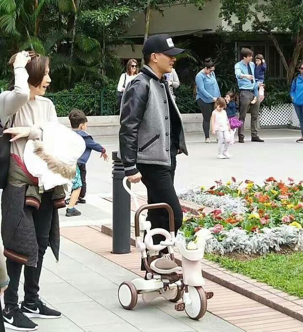 Sau scandal ngoại tình ồn ào năm ngoái, Lưu Khải Uy lui về Hồng Kông. Anh dành thời gian bên con gái nhiều hơn. Anh chủ động đưa đón cô bé đi học và đi chơi mỗi ngày.