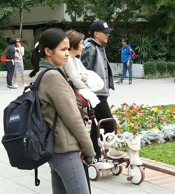 Trong khi vợ bận công tác, Lưu Khải Uy và mẹ ruột của anh đưa bé Nhu Mễ tới công viên chơi.