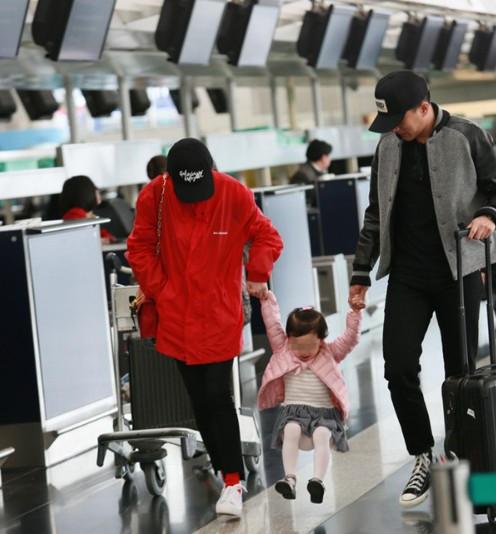 Dương Mịch được chồng và con gái tiễn ra sân bay để chuẩn bị đi công tác. Hình ảnh ba người của gia đình Lưu Khải Uy - Dương Mịch nhanh chóng thu hút sự chú ý của phóng viên cũng như người hâm mộ có mặt tại sân bay.