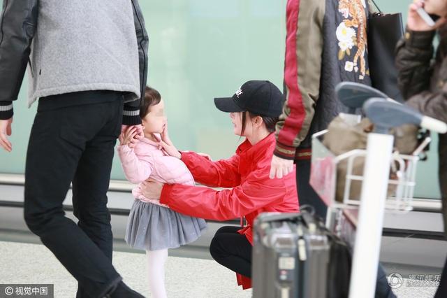 Nữ diễn viên nổi tiếng cưng nựng nói lời chia tay cô con gái 3 tuổi của mình tại sân bay. Cô bé sống chủ yếu cùng ông bà nội vì bố và mẹ đều rất bận rộn với công việc.
