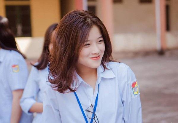 Khánh Ly có gương mặt xinh xắn, ăn ảnh.