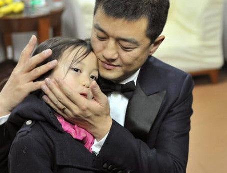 Lý Á Bằng hạnh phúc khi ở bên cô con gái nhỏ Lý Yên.