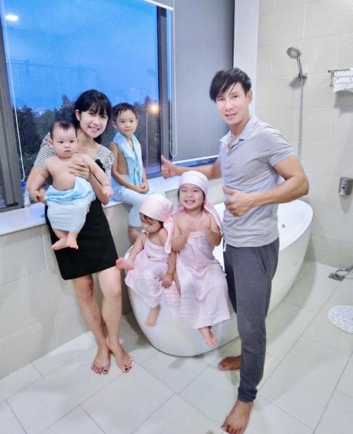 Vợ chồng Lý Hải, Minh Hà vui vẻ chia sẻ ảnh hạnh phúc khi tắm cho cả 4 đứa con