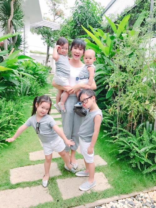 Vợ con Lý Hải diện đồng phục gia đình và cùng tạo dáng bá đạo. Cô hài hước chia sẻ: Có 4 đứa em mà ra đường không đứa nào chịu gọi mình bằng chị, toàn gọi bằng mẹ, làm sao bây giờ.