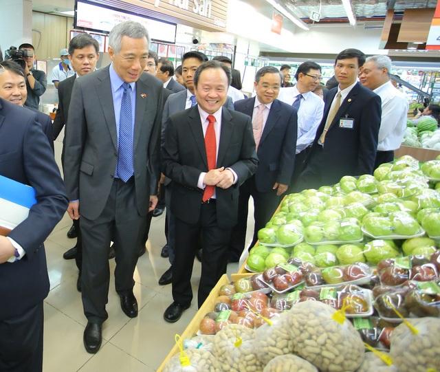 Ngay sau khi dự lễ khai trương một tòa nhà văn phòng,vợ chồng Thủ tướng Singapore Lý Hiển Long đã tham quan, mua sắm tại siêu thị ở Quận 7, TPHCM và vui vẻ chào hỏi, chụp ảnh selfie với người dân Sài Gòn. (Ảnh: Nguyễn Quang)