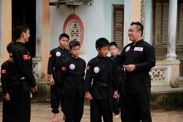 Diễn viên Lý Hùng trong một lần về thăm đất võ Bình Định. Ảnh: TL.