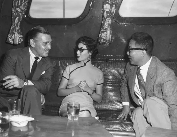 Ngôi sao điện ảnh Hồng Kông trò chuyện với ngôi sao Hollywood trong một lần ông tới Hồng Kông.