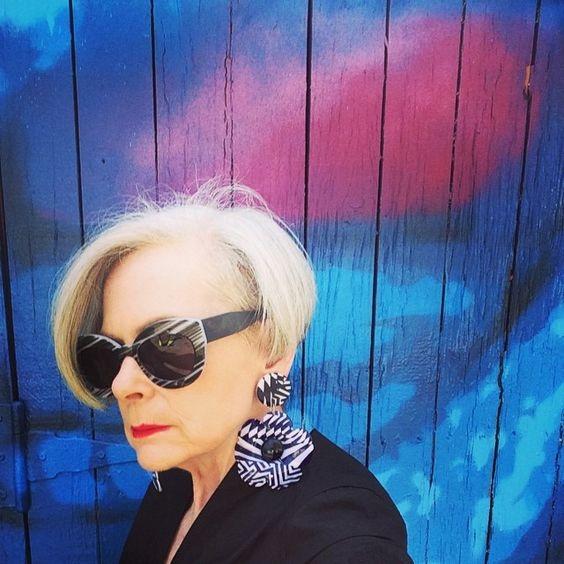 Trên trang cá nhân, Lyn Slater chia sẻ nhiều về thời trang, những gì bà thích mặc, một số khía cạnh của cuộc sống riêng và cách tạo nên phong cách riêng như khi muốn xây dựng hình ảnh một học giả, cư dân đích thực của New York hay một người phụ nữ lớn tuổi.