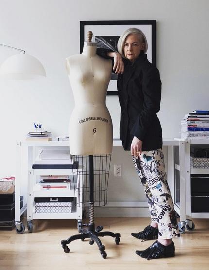 Trong sự nghiệp bốn thập kỷ của mình, thời trang là một phần không thể thiếu cũng như thói quen hàng ngày của Lyn. Lyn mặc đẹp lên bục giảng và thậm chí còn đi học tại viện Công nghệ Thời trang. Khi gần 60 tuổi, Lyn tin rằng thời trang là một cách để đối đầu với quá trình lão hóa