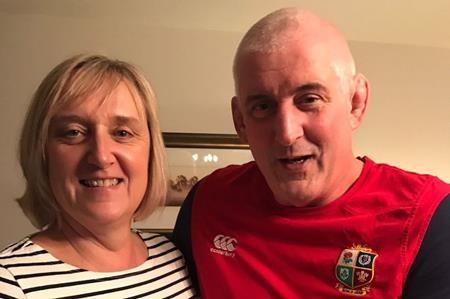 Lynne vẫn giữ thỏi chocolate chồng tặng 33 năm về trước