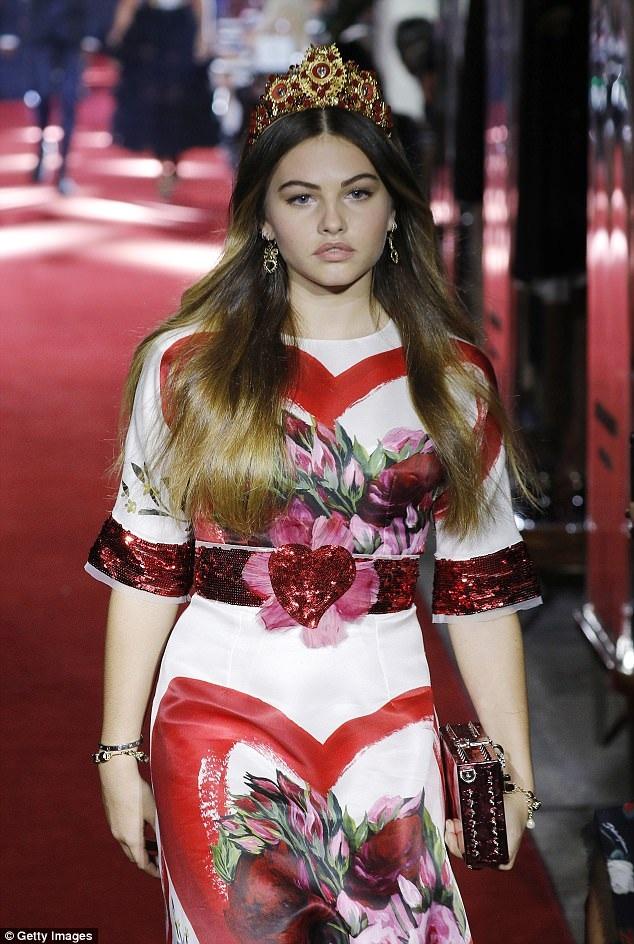 Thylane Blondeau trình diễn trong show của Dolce & Gabbana tại Milan Fashion Week ngày 24/9 vừa qua. Người mẫu 16 tuổi này gây chú ý bởi chiều cao hạn chế (chưa đầy 1,7m) và vẻ ngoài khá mũm mĩm so với các người mẫu khác trong show diễn