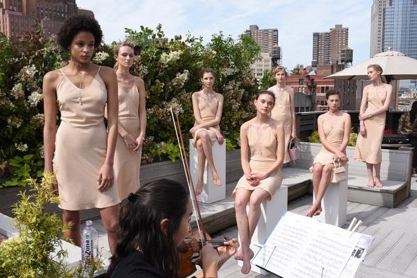Người đứng, người ngồi trong show của Mateo New York trên khu vườn trên sân thượng 1 tòa nhà cao tầng tại New York