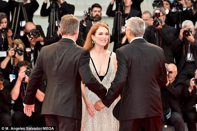 Julianne Moore diện váy táo bạo của Valentino