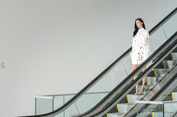 Người mẫu trình diễn trên thang máy trong show của Oscar de la Renta