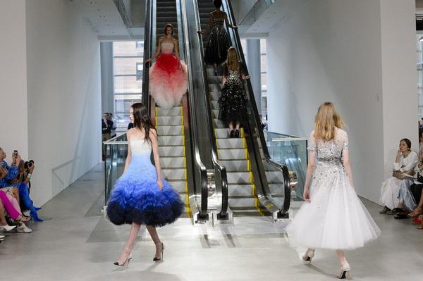 Những sàn diễn kỳ lạ tại tuần lễ thời trang New York - 3