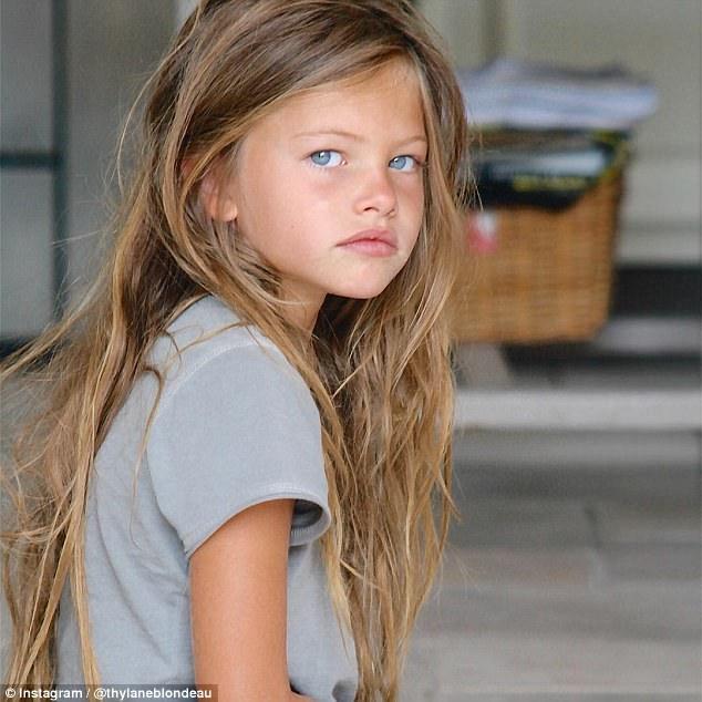 Thylane Blondeau gây sốt cộng đồng mạng với hình ảnh búp bê xinh đẹp và được coi là bé gái xinh nhất thế giới khi 6 tuổi. Danh hiệu này biến cô trở nên nổi tiếng từ rất sớm