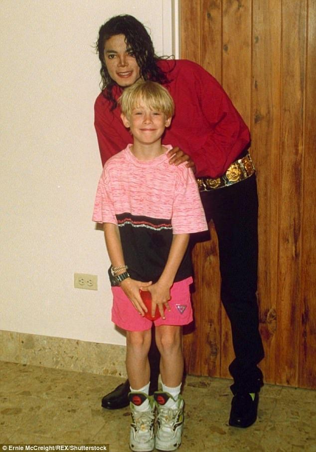 Michael Jackson từng rất thân thiết với Macaulay Culkin khi còn sống, anh thậm chí mời bạn nhí làm cha đỡ đầu cho con gái của mình