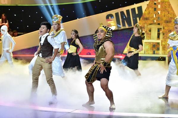 Phạm Văn Mách biểu diễn cùng HLV nhí.