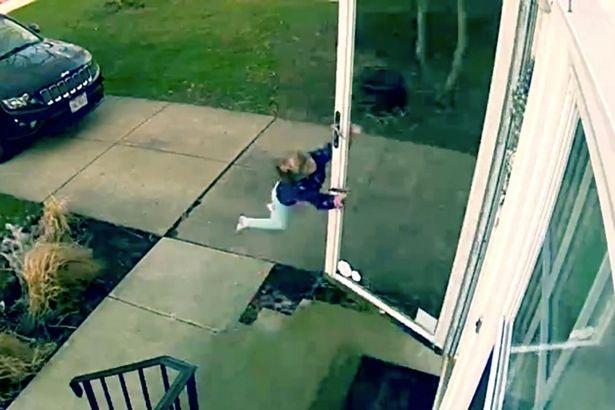 Clip em bé suýt bị gió thổi bay khi mở cửa vào nhà - 1