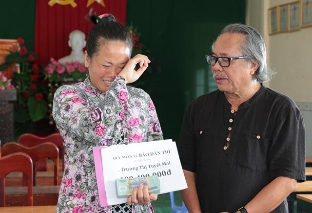 Chị Mai khóc nghẹn khi nhận số tiền từ nhà báo Phan Huy trao