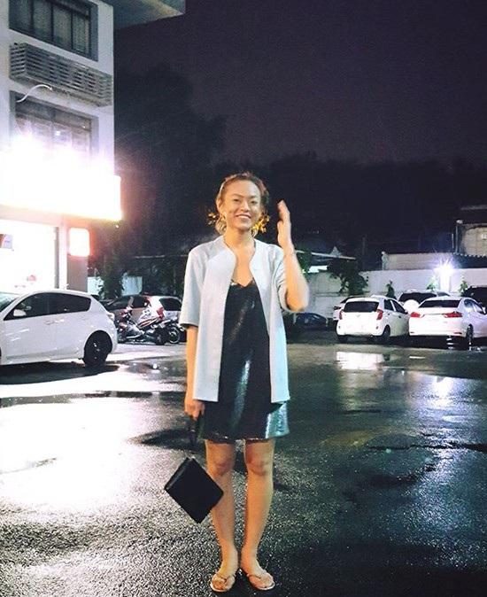 Mai Ngô mang đến một tổng thể trang phục không món đồ nào liên quan tới món đồ nào. Chiếc áo khoác ngoài già nua như mượn của mẹ kết hợp cùng đầm ánh, dép tông loẹt quẹt khiến Mai Ngô vừa xuề xòa, vừa nửa mùa.