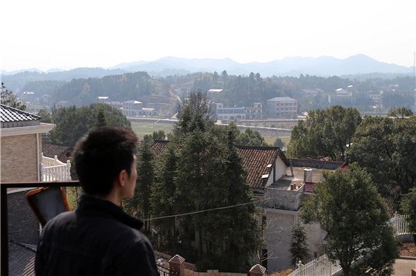 Một trong những nơi yêu thích của Qin là mái nhà, nơi anh đọc sách, nghe nhạc và ngắm cảnh thiên nhiên. (Ảnh: China Daily)
