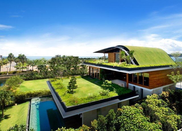 """Một căn biệt thự tại Singapore cũng đã ứng dụng rất tốt xu hướng """"thiết kế xanh"""". Ngoài thảm cỏ được phủ trên mái nhà, phần ban công cũng được gia chủ biến thành một khu vườn tuyệt đẹp làm nơi nghỉ ngơi và vui chơi tuyệt vời cho cả gia đình."""