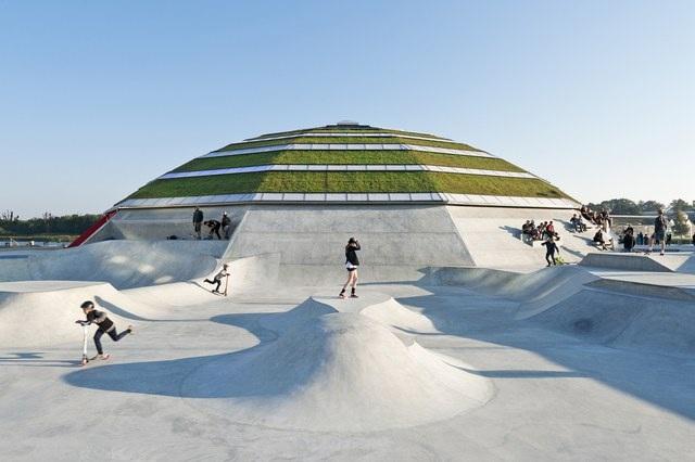 """Không chỉ có các công trình lớn mà ngay tại một khu vui chơi, kiểu thiết kế """"mái nhà xanh"""" cũng tỏ ra được sự ưu việt mà trước tiên là về tính thẩm mỹ của mình. Có thể thấy, để phù hợp với khu trượt ván của giới trẻ, các kiến trúc sư đã tạo nên một kết cấu mái vòm cỏ đầy cá tính."""