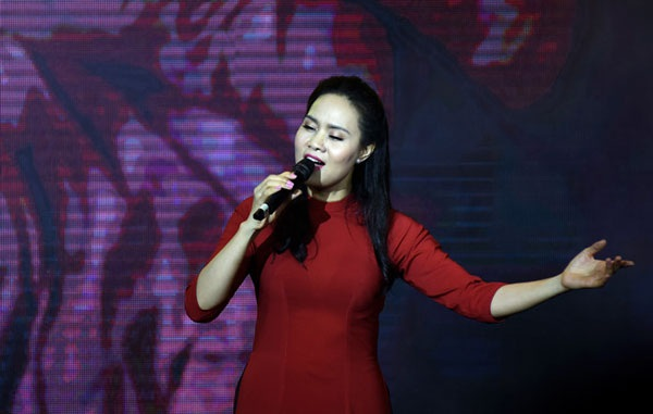 NSƯT Mai Hoa thể hiện ca khúc Mẹ của Phan Long (Ảnh: Nguyễn Hùng).