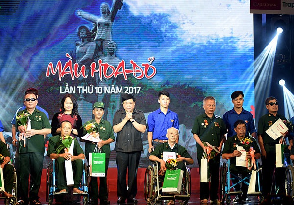 Bà Lâm Phương Thanh và ông Nguyễn Thế Kỷ trao quà cho một số thương binh, bệnh binh tiêu biểu của Trung tâm điều dưỡng thương binh huyện Duy Tiên, tỉnh Hà Nam (Ảnh: Nguyễn Hùng).