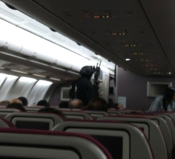 Cảnh sát trang bị vũ khí kiểm tra chuyến bay của Malaysia Airlines (Ảnh: AFP)
