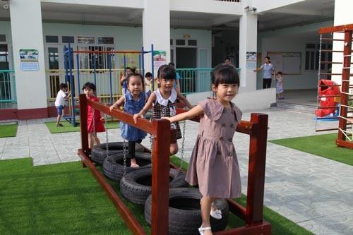 Các bé học tại Trường Mầm non Hoa Đào (nằm trong KCX Linh Trung 1 tại quận Thủ Đức, TPHCM). Trường khánh thành tháng 8 năm 2016, dành riêng cho con của công nhân đang làm việc tại KCX Linh Trung 1. (Ảnh: Báo Người Lao Động)
