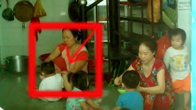 Bảo mẫu đánh đập trẻ trong giờ ăn tại cơ sở giữ trẻ ở Gò Vấp, TPHCM (Ảnh cắt từ clip)