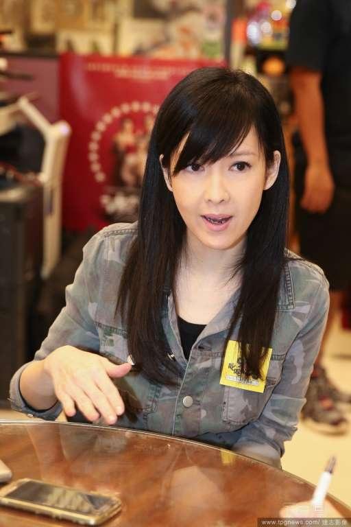 Châu Huệ Mẫn là một nghệ sĩ đa tài của làng giải trí Hồng Kong. Cô không chỉ là diễn viên mà còn là ca sĩ rất nổi tiếng và được yêu thích tại châu Á. Vài năm trở lại đây, khi rút lui khỏi sân khấu ca nhạc và phim trường, cô còn phát triển thú vui vẽ. Người đẹp đã tổ chức triển lãm giới thiệu những bức tranh của mình và nhận được nhiều lời khen.