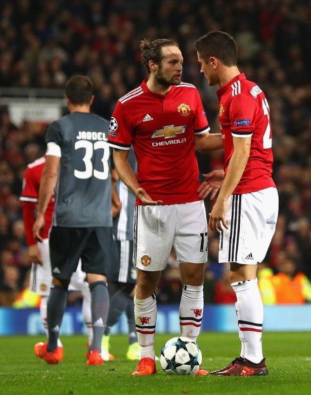 Herrera (phải) nhường quyền đá penalty cho Blind sau khi nhận được chỉ đạo từ Mourinho