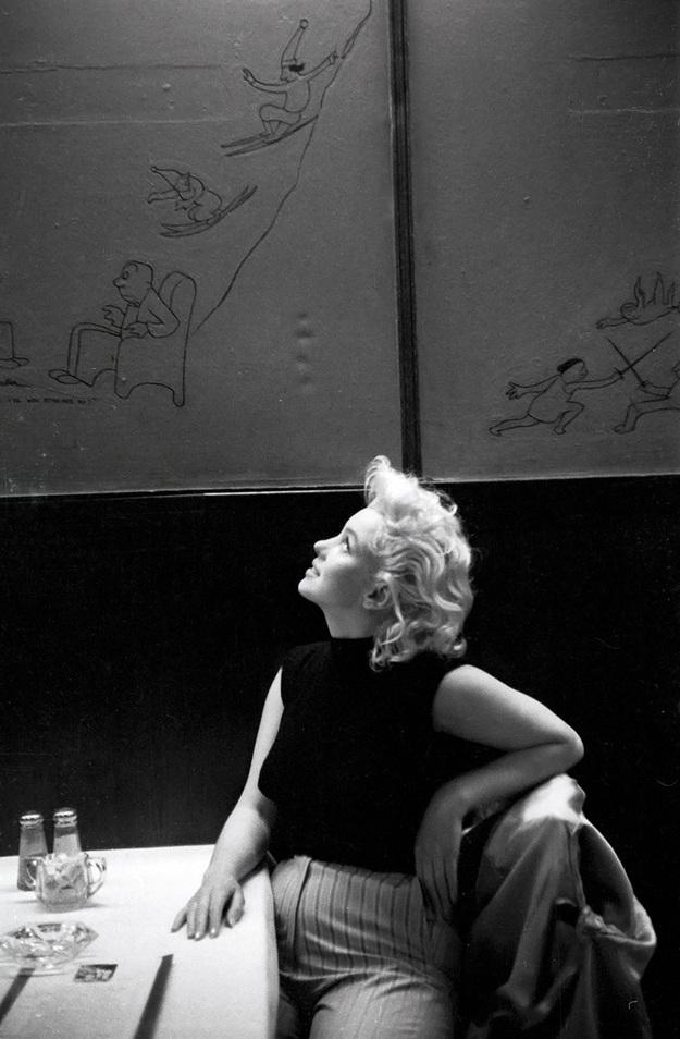 Marilyn trong một bức hình do tay máy Ed Feingersh thực hiện. Trong ảnh, cô đang thích thú nhìn ngắm những hình vẽ ngộ nghĩnh trên tường của một nhà hàng bình dân ở New York. Bức ảnh cũng cho thấy một Marilyn với vòng eo kém thon gọn.