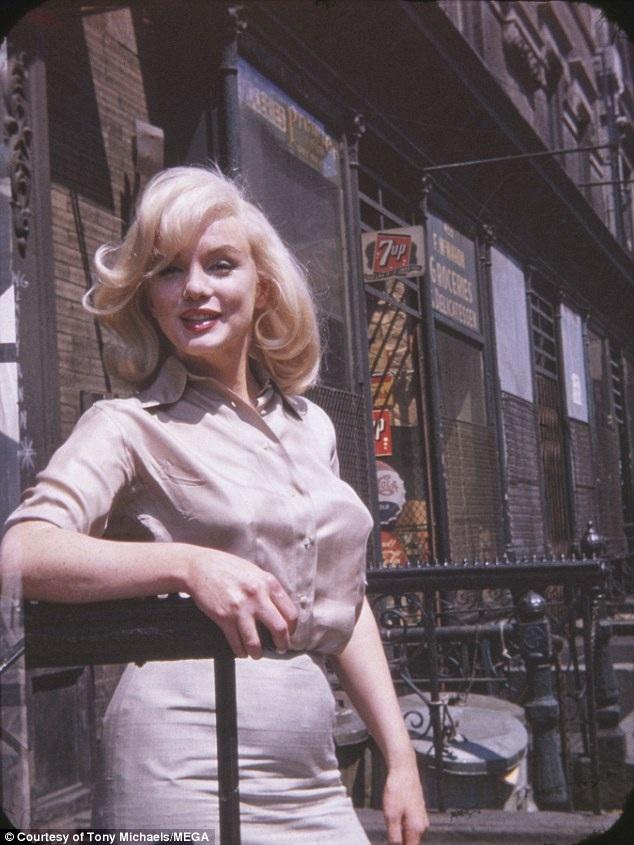Bộ 6 bức ảnh chụp Marilyn được thực hiện bởi một fan hâm mộ cuồng nhiệt, sau này trở thành người bạn gái thân của minh tinh điện ảnh - bà Frieda Hull. Ảnh chụp ngày 8/7/1960 bên ngoài phim trường của hãng Fox Studios tại New York.