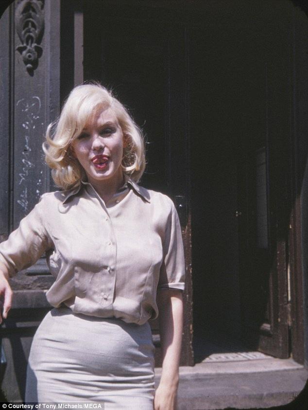 Trước nay, truyền thông và công chúng luôn lý tưởng hóa vẻ đẹp sắc vóc của Marilyn Monroe, nhưng trong một số khuôn hình, người ta có thể thấy những sự thiếu hoàn hảo trong sắc vóc người đẹp. Dù vậy, Marilyn không bao giờ tỏ ra thiếu tự tin vì những điều thiếu hoàn hảo ấy.
