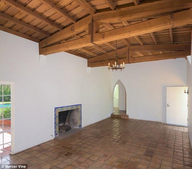 Biệt thự nằm ở trung tâm Los Angeles, vị trí đi lại thuận lợi và dễ dàng