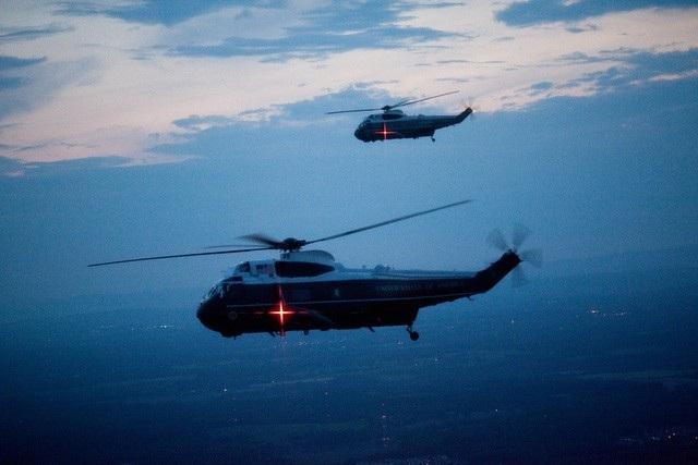 Phi đội trực thăng HMX-1 thuộc Thủy quân lục chiến Mỹ chịu trách nhiệm chuyên chở các nhân vật quan trọng (VIP): tổng thống, phó tổng thống, các thành viên nội các và các nhân vật quan trọng khác. Tổng thống Mỹ thường sử dụng trực thăng để di chuyển ở phạm vi ngắn trong các chuyến công du trong và ngoài nước, khi việc di chuyển bằng đường bộ không phù hợp. Marine One là tên gọi dành cho bất kỳ chiếc trực thăng nào đang chở tổng thống Mỹ. Và tương tự, trực thăng chở phó tổng thống Mỹ có tên gọi Marine Two. (Ảnh: Nhà Trắng)