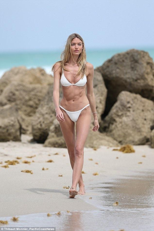 Siêu mẫu của Victorias Secret Martha Hunt đi dạo trên bãi biển ở Miami ngày 26/3 vừa qua