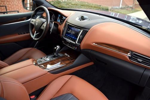 Maserati Levante có nội thất gây ấn tượng với sự kết hợp khéo léo của chất liệu da và lụa Zegna, cùng hệ thống âm thanh Harman Kardon 900W cực đỉnh. Bên cạnh đó là sự bố trí các nút điều khiển thuận tiện cho người lái, lẫy gạt số cỡ lớn như của xe đua F1, trang bị giải trí cho hàng ghế sau cũng được chú trọng.